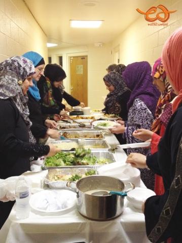 Queue for Ramadan's iftar dinner at Islamic Center of Ann Arbor. Antrian untuk ambil makanan berbuka puasa di masjid Ann Arbor. Mereka menyediakan makanan berat seperti ini setiap hari, hasil sumbangan para donatur (sukarela perorangan / kelompok).