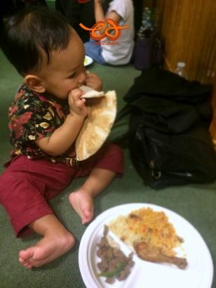 Makan pita bread saat buka